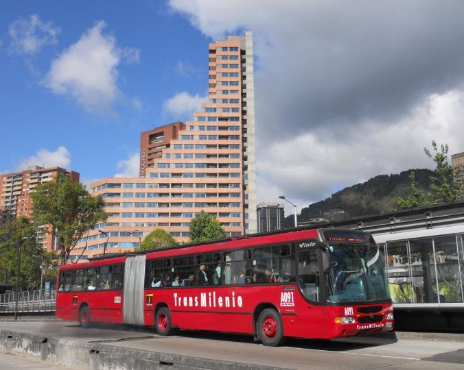 Transmilenio_por_la_Caracas,_Bogotá